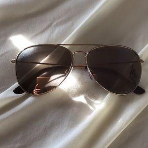 Aviator sunglasses slightly mirrored